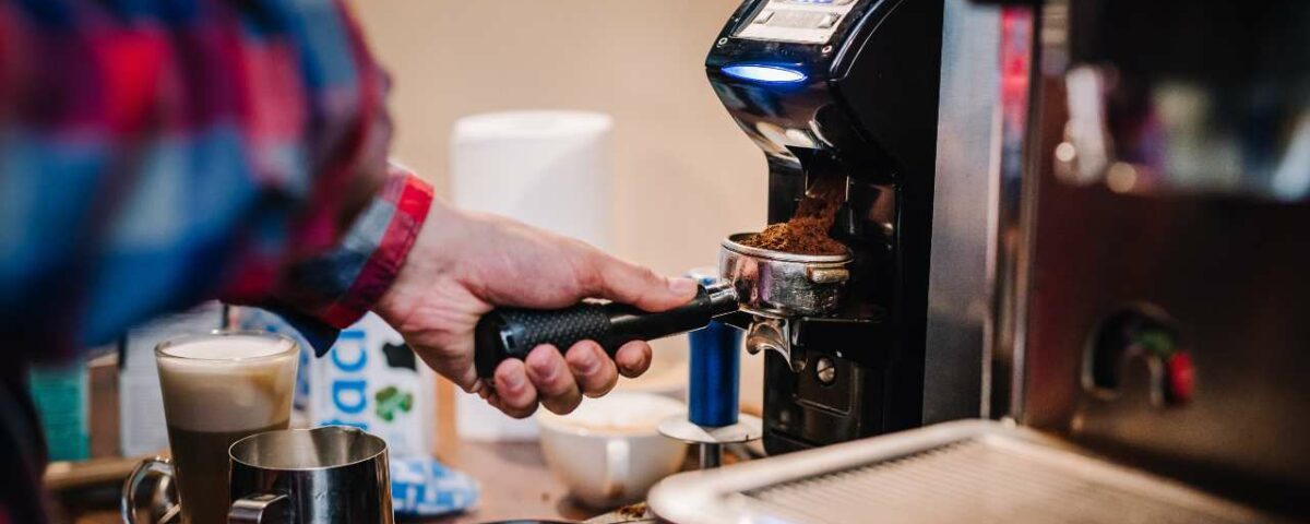 Parzenie kawy w ekspresie ciśnieniowym